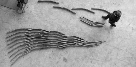 """Entwurf der Stahlskulptur """"Erzengel Michael 2020"""" des Bildhauers G.-F. Wolf auf dem Fußboden seines Ateliers Halle 109 in Darmstadt."""