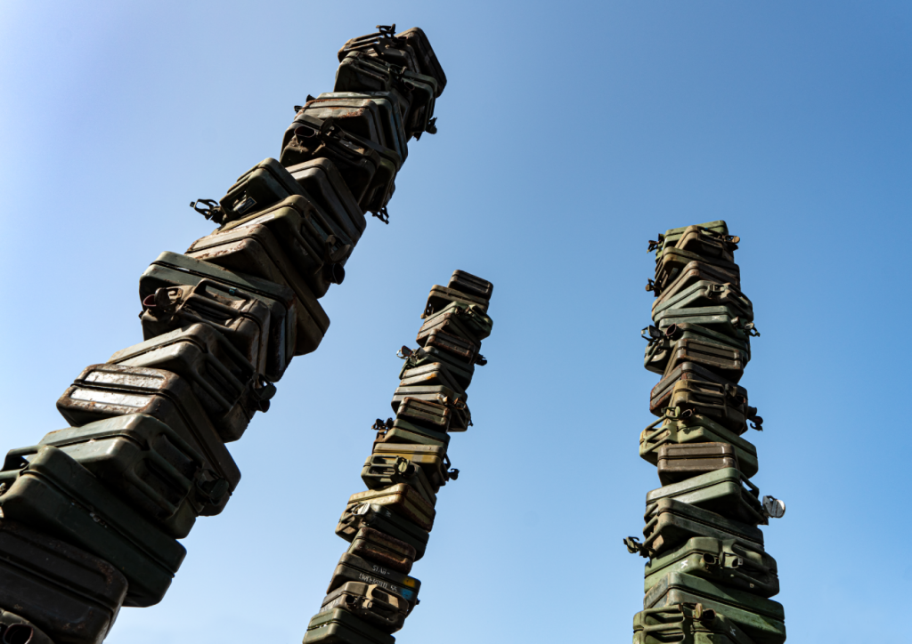 """Out Of Perol I heißt diese Skulptur aus leeren Armee-Benzin-Kanistern von Stahlbildhauer Georg-Friedrich Wolf in der Ausstellung """"Iron Age. Die Erben des Prometheus"""""""